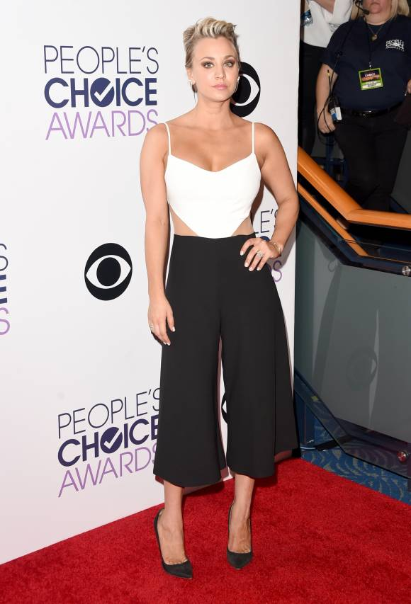 peoples-choice-awards-2015-kaley-cuoco-red-carpet-orig__width_580