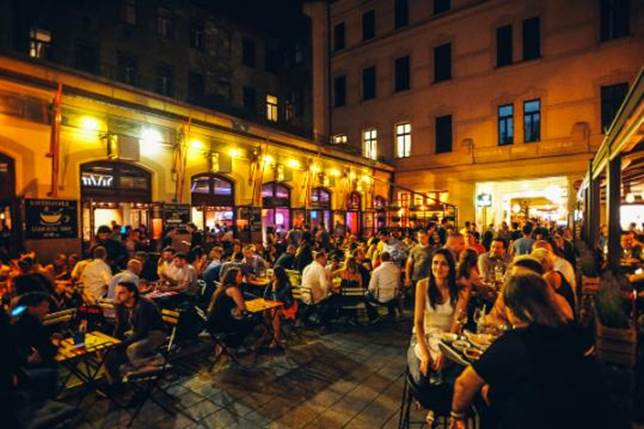 gozsdu-udvar-many-pubs-in-the-same-place-but-different-style