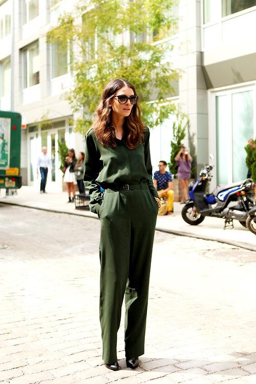 gafas-de-sol-en-marron-oscuro-zapatos-de-tacon-de-cuero-negros-mono-verde-oscuro-original-3047